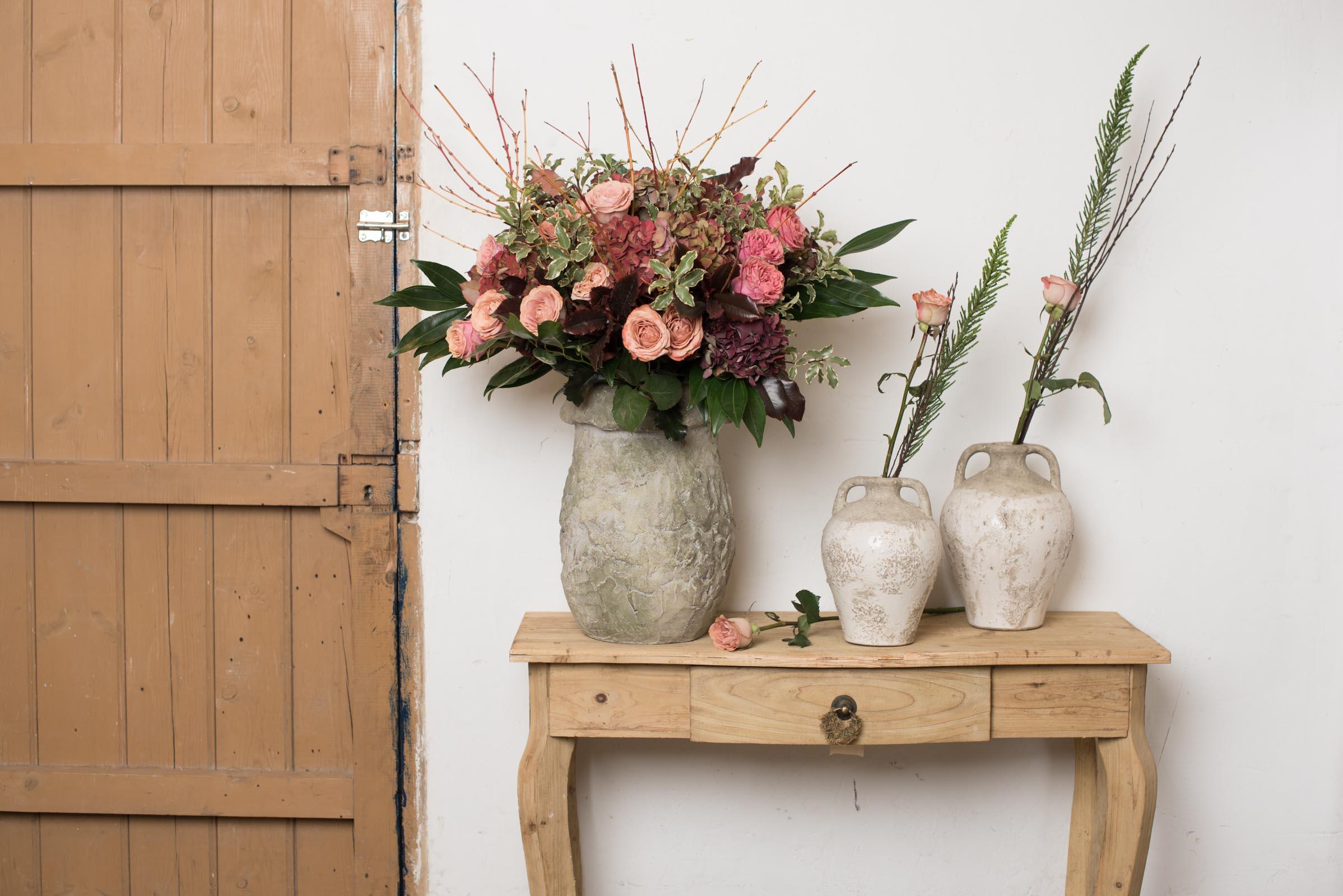 Ramo de rosas en jarrones de cerámica - Margarita Se Llama Mi Amor - Floristería en Madrid